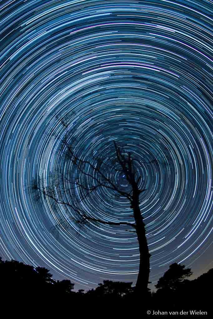 The spinning universe, star trail opgebouwd uit 450 afzonderlijke beelden