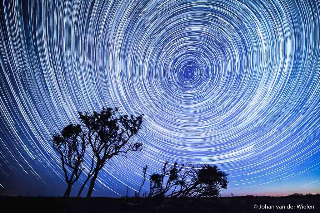 Sterren op de donkerste plek van Nederland, star trail opgebouwd uit 224 beelden