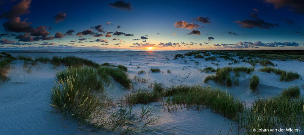 Sunrise on the longest day....  Afgelopen jaren vonden de deelnemers van de Waddenworkshop #Schiermonnikoog in juni de zonsopkomst te vroeg. En dus ging ik of alleen .... of bleef ik ook lekker liggen. Dit jaar niet, maar liefst 7 enthousiaste dames stonden te popelen om om 3:30 (!) op te staan, om 4:00 op de fiets te springen zodat we om 5:06 de zon konden zien opkomen over het Noordzee strand... de vroegste zonsopkomst in Nederland op precies de langste dag! Dames, hartstikke stoer!  En dus moest ik mee :-)  groet Johan