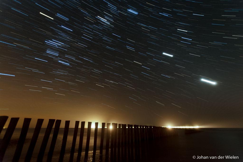 sterrensporen boven houten golbreker