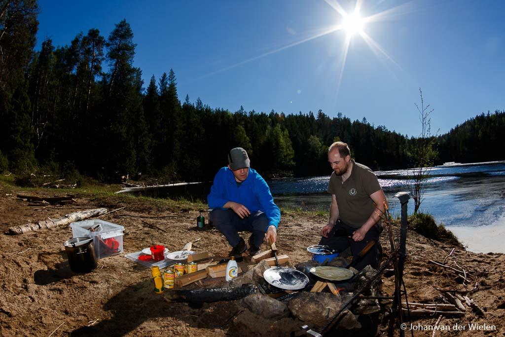 Iedere dag wordt er iets gekookt op houtvuur, van een worstje tot complete maaltijd.