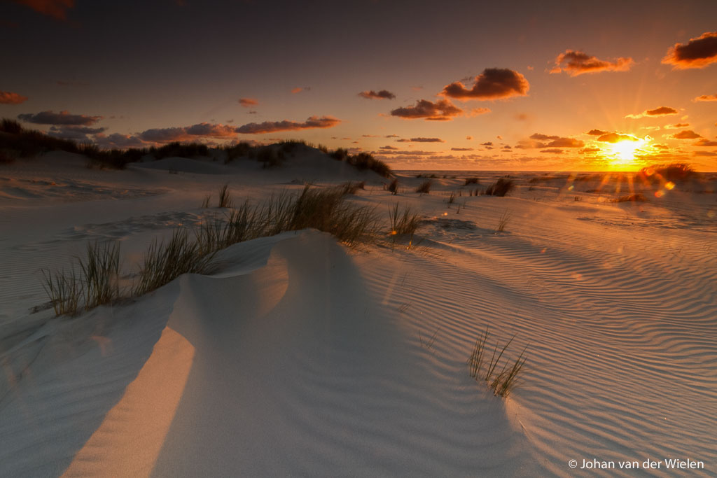 zonsopkomst op het noorderstrand van Schiermonnikoog boven de embryonale duinen; sunrise on the northern beach of Schiermonnikoog above the embryo dunes