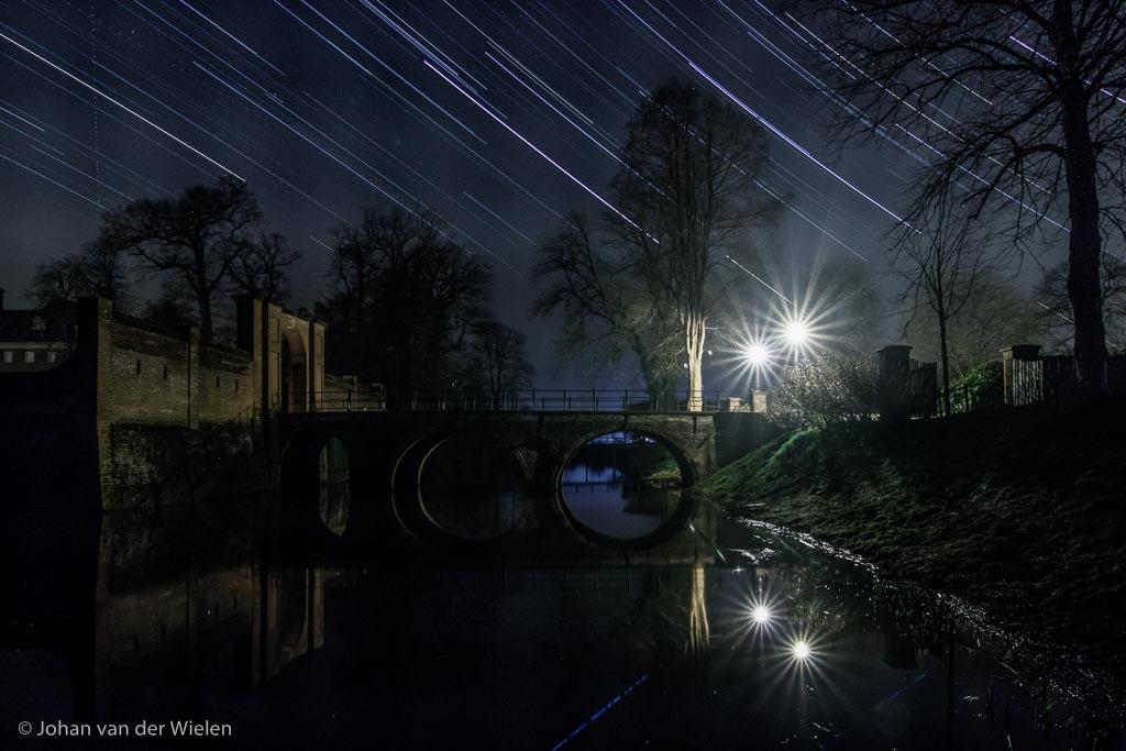 Ook op niet-natuurlijk plekken voegen sterrensporen iets magisch toe aan je nachtbeeld, hier kasteel Amerongen