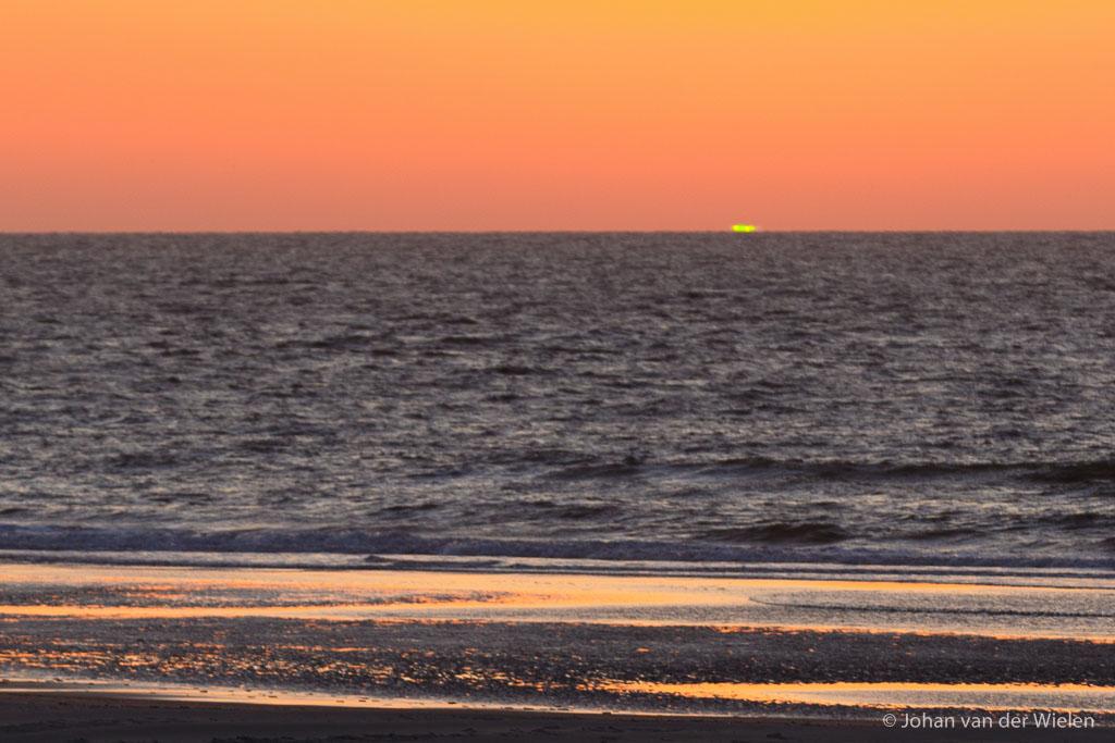 Zonsondergangskleuren aan het natte strand... gelukkig was er nog de groene flits