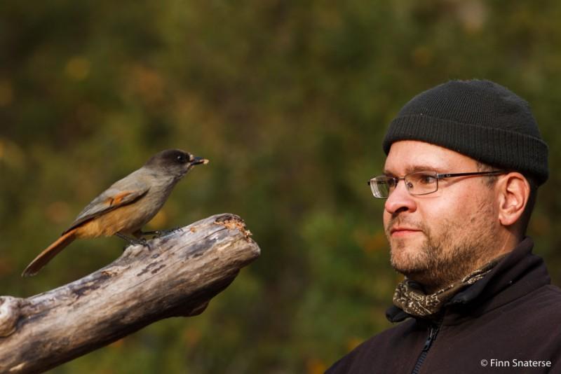 Johan oog in oog met zijn onderwerp... de taigagaai. Foto: Finn Snaterse