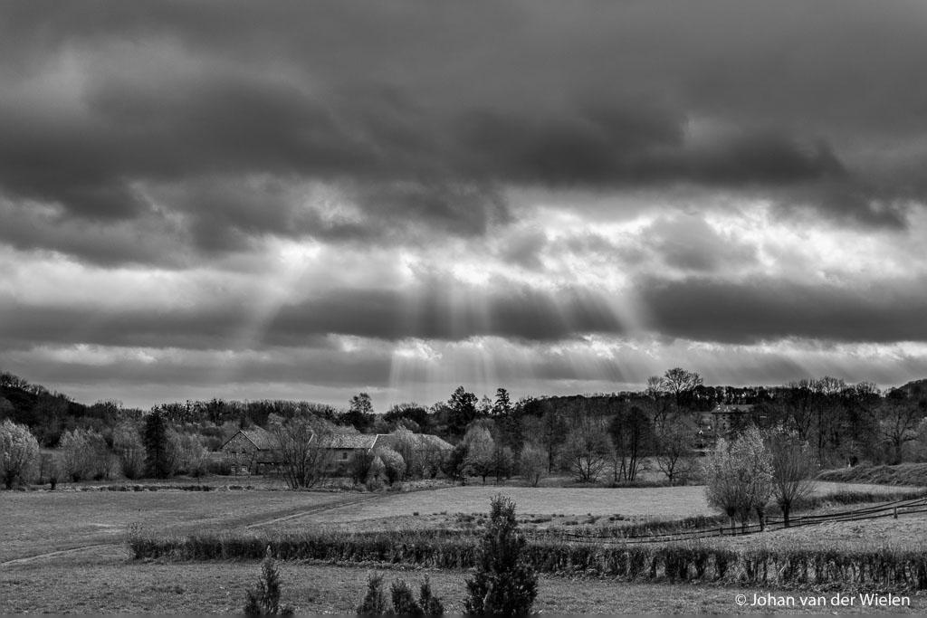 Foto zondagmorgen 10:30, de zon piept even door de dikke wolken. Ik zit duidelijk nog niet lekker in mijn vel, zelfs na exposure blending en z/w omzetting vind ik het nog steeds een mager resultaat.
