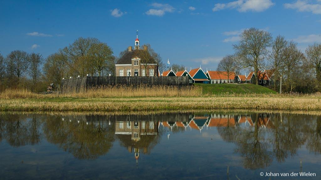 Het museumdorpje Schokland, alsof het nog aan het water ligt maar eigenlijk midden in de polder.