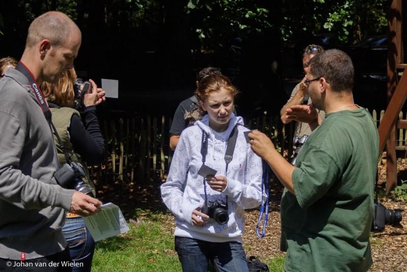 Johan geeft instructie in het veld, dat is het moment dat de meeste vragen komen.