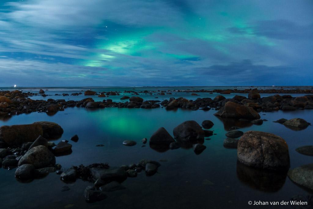 Noorderlicht boven verstilde oceaan, Vesterålen Noorwegen - de werkelijkheid? Stormachtige wind met chillfactor -20, 5 minuten na deze foto valt door omstandigheden mijn statief met resultaat groothoeklens total loss. Dit was de laatste foto ermee gemaakt...
