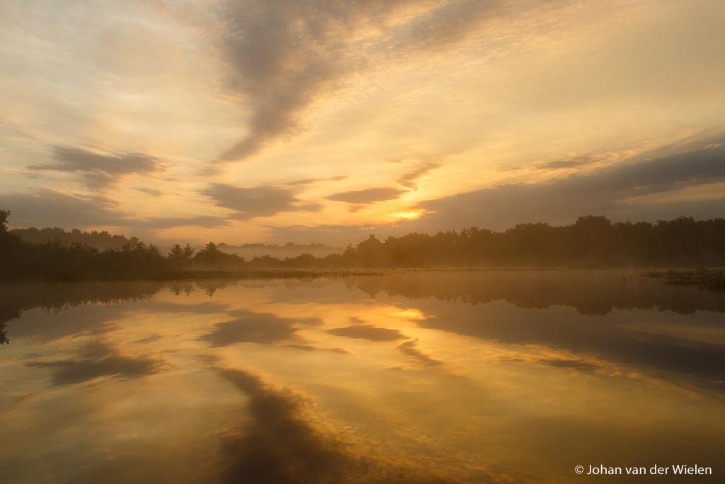Vroege ochtend in de Wieden - De werkelijkheid? Hoe mooi ook, het raakt voor mij niet aan hoe stil, koud en indrukwekkend het werkelijk was.