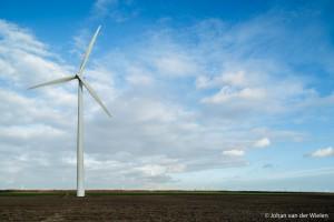 Door de lens t.o.v. de camera naar boven te 'shiften' corrigeer je het perspectief en staat de windmolen weer recht.