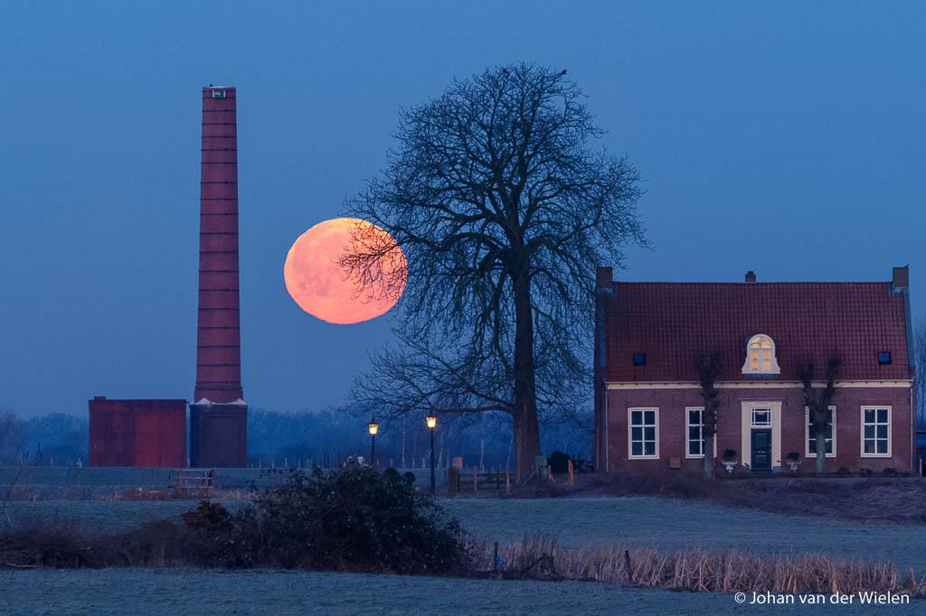 Ook de ondergaande maan kleurt rood, zeker de volle maan vlak voor zonsopkomst.