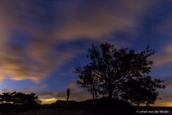 silhouetten van mensen bezig met nachtfotografie op het Kootwijkerzand