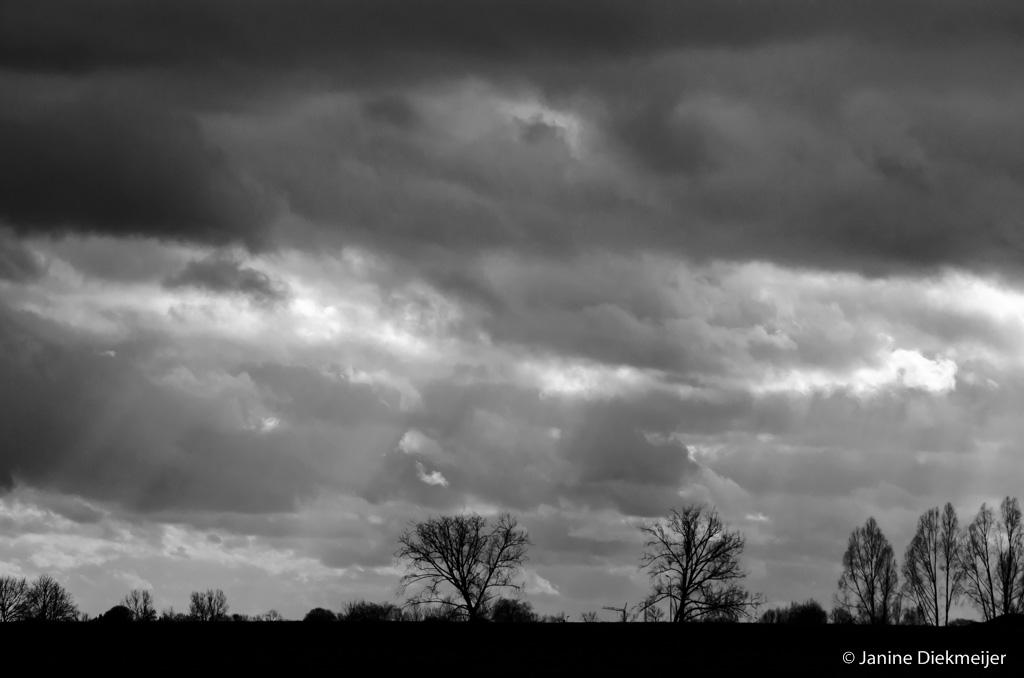 Donkere apocalyptische wolkenlucht boven de Rijn. Foto: Janine Diekmeijer