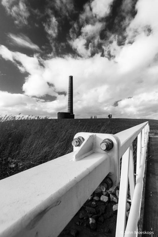 Reling van de brug met de historische toren van de steenfabriek. Foto: John Moeskops