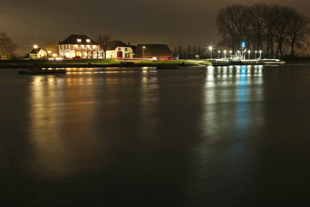 Nederrijn met wegvarende pont, fotograaf: Erik van der Kamp