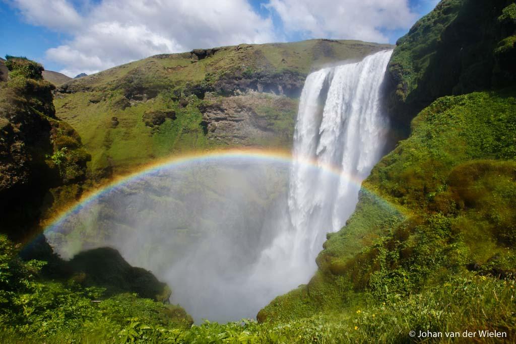 20 juni 2008, bovenaan de Skógafoss met, dankzij de perfect zonnestand en windrichting een - geluk! - regenboog