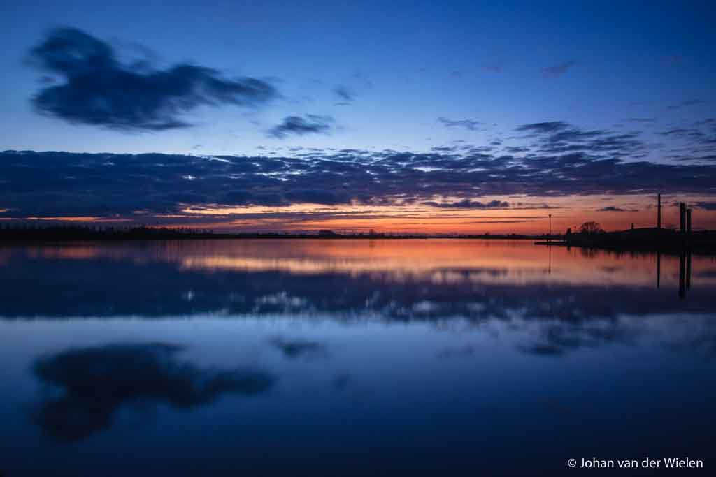 27 feb. 2009, overgang naar het blauwe uurtje. Ik wist wanneer de zon precies over de Rijn onderging èn had de weerberichten goed in de gaten gehouden. En dan natuurlijk - geluk! - die wolk.