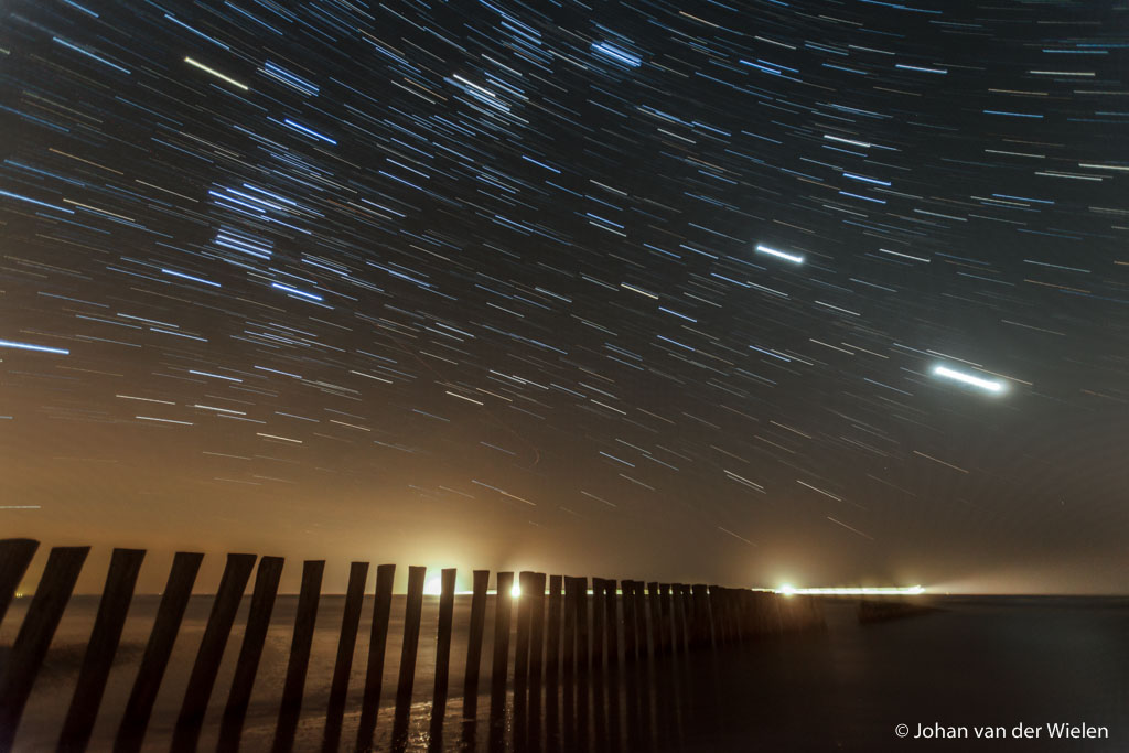 21 feb. 2012, Sterrensporen boven Ameland met Venus en Jupiter en - geluk! - een langsvarende veerboot