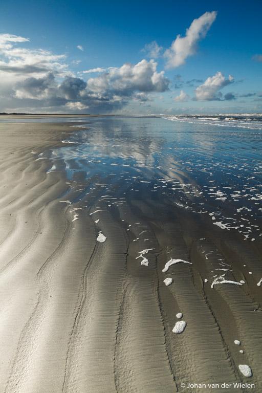 Polarisatiefilter om in de voorgrond de ribbels door het water te kunnen zien èn blauwe lucht, grijsverloop voor mooie belichting lucht