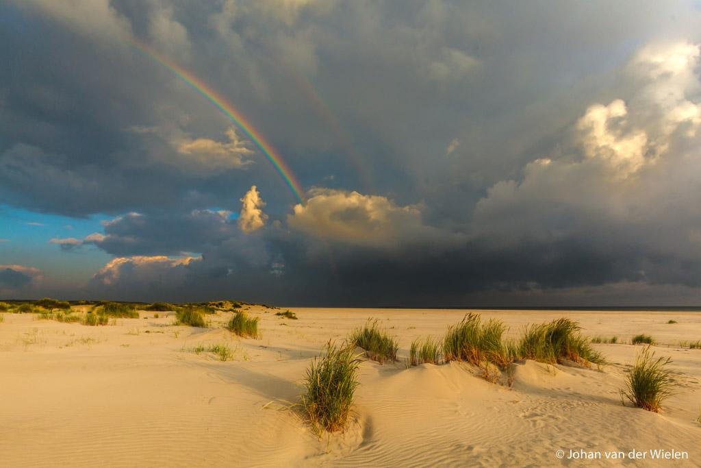 Schiermonnikoog, warm ochtendlicht, apocalyptische wolken, regenboog... ik ben verslaafd aan dramatiek