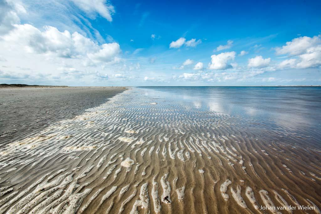Hollandse wolkenlucht van blauwe lucht en schapenwolkjes... versterkt door de polarisatiefilter
