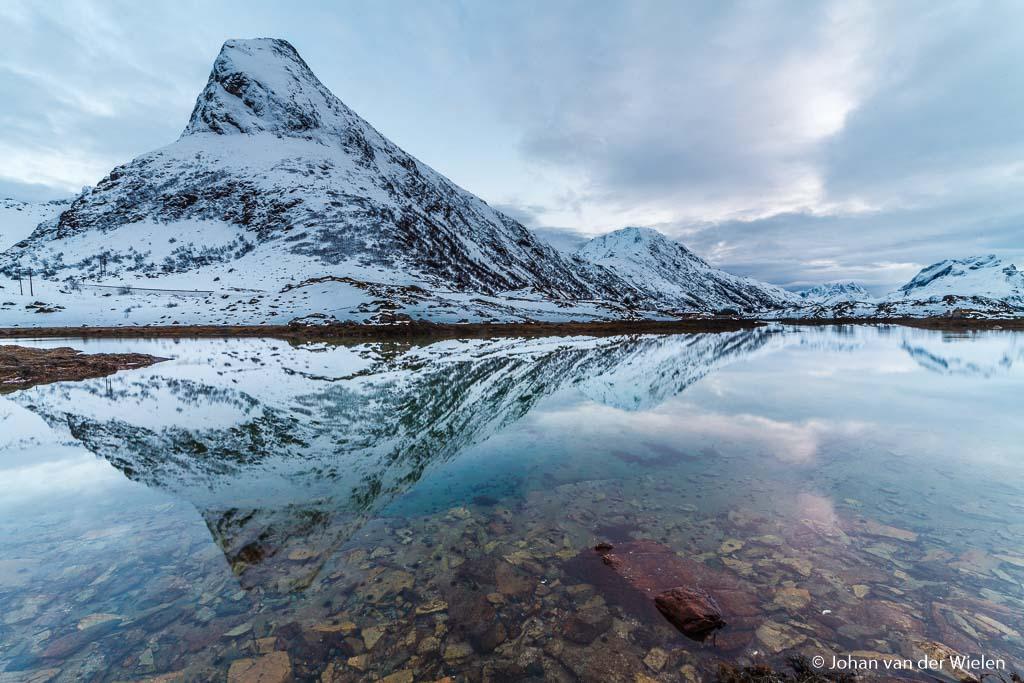 De polarisatiefilter net zolang gedraaid tot ik in de voorgrond door het wateroppervlak heen kon kijken. Gelukkig dat de reflectie van de berg er nog helemaal op staat.