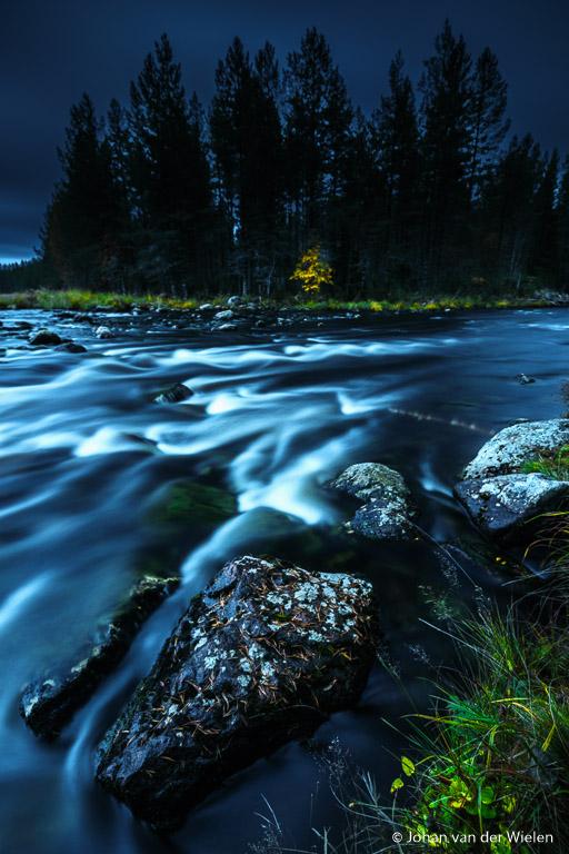 Bijna nacht... het blauwe licht werpt een heel aparte sfeer over het landschap