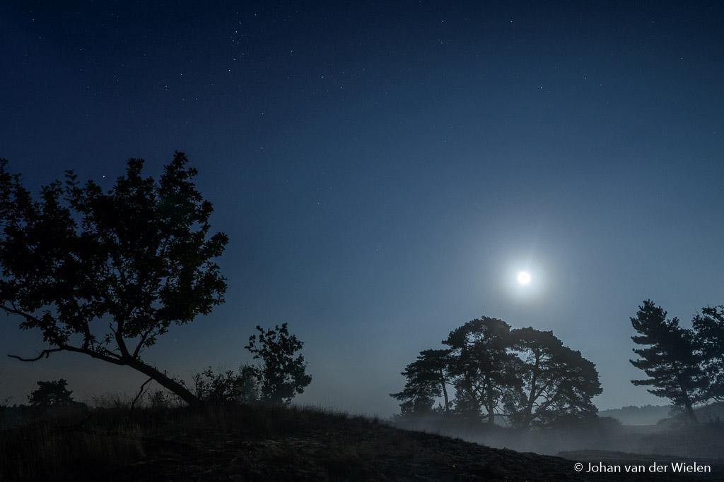 De wolken zijn weg en we zien de volle maan met de eerste grondmist… wat een waanzinnige nacht!