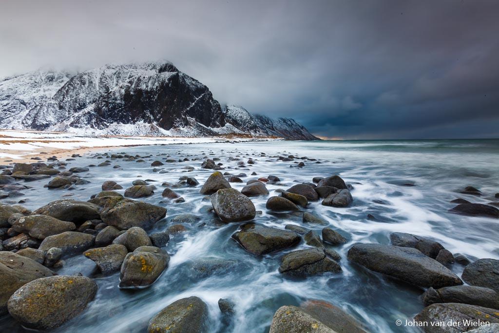 Juist een sluitertijd van 'maar' 1,5 seconden zorgde ervoor dat de vormen van het terugstromende water tussen de stenen door het mooiste uitkwam.
