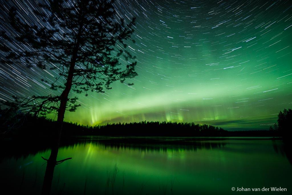 Ultiem nachtbeeld: combinatie van sterrensporen èn noorderlicht!