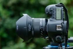 Geen kleintje op je camera, zeer degelijk gebouwd maar wel een grote lens.