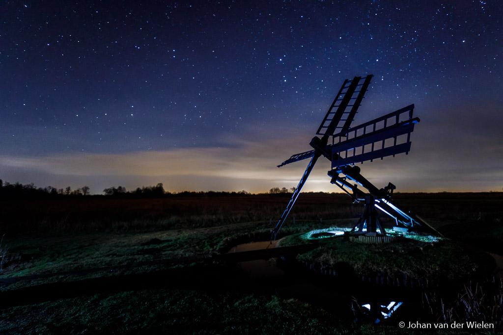 Weerribben, combinatie van sterrenhemel, lichtvervuiling en twee flitsers