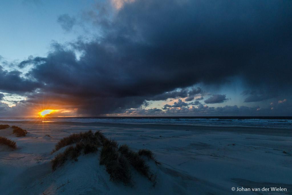 Een dikke wolkenband met hagel en regen... en de zon die er even doorheen wet te prikken