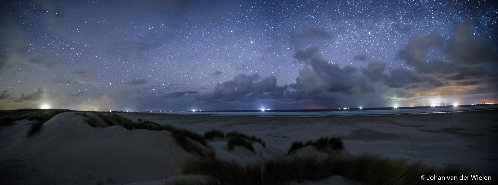 Panorama in de nacht, uitzicht vanaf strand Schiermonnikoog op de snelweg op zee. Best lastig voor de stitch software wegens de enorme vertekening bij groothoek. Toch gelukt. 6 losse beelden van ieder 30sec.