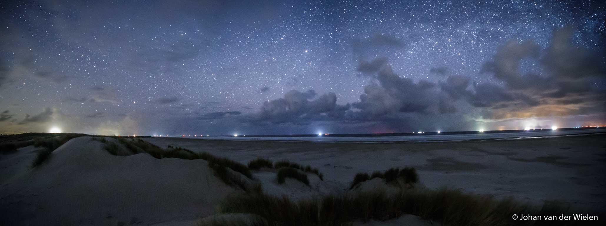 nachtelijke panorama vanaf het strand richting noord, lichtvervuiling op zee