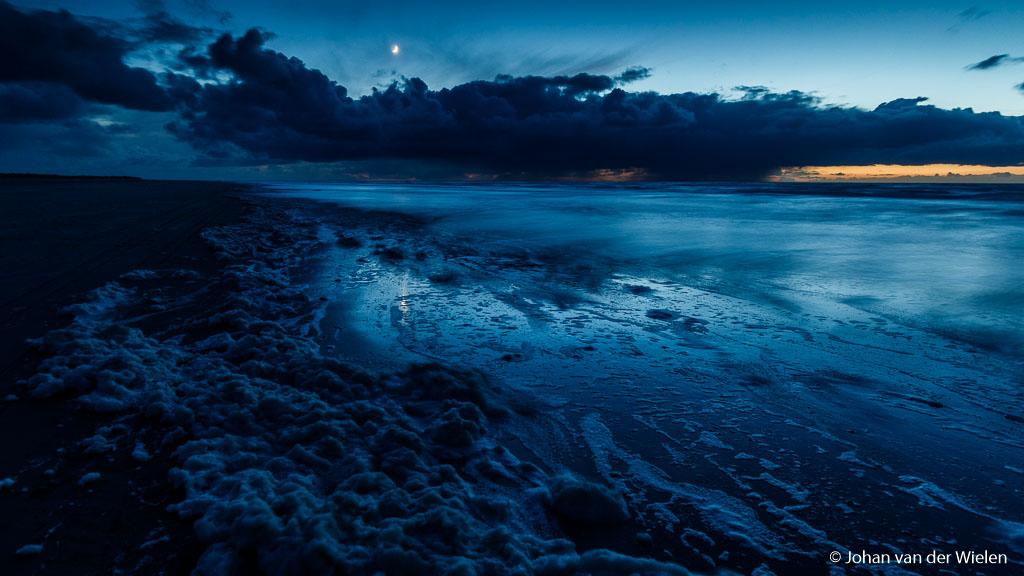 De maan komt op tijdens het blauwe uurtje, het laatste lucht van de zon is nog net zichtbaar