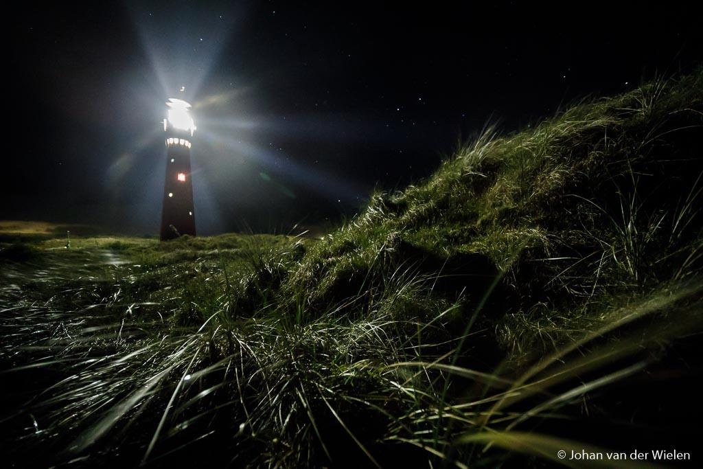 Vuurtoren van Schiermonnikoog, het licht weerkaatsend op het duingras. ISO 12.800, f/2.8 en 1,0sec.