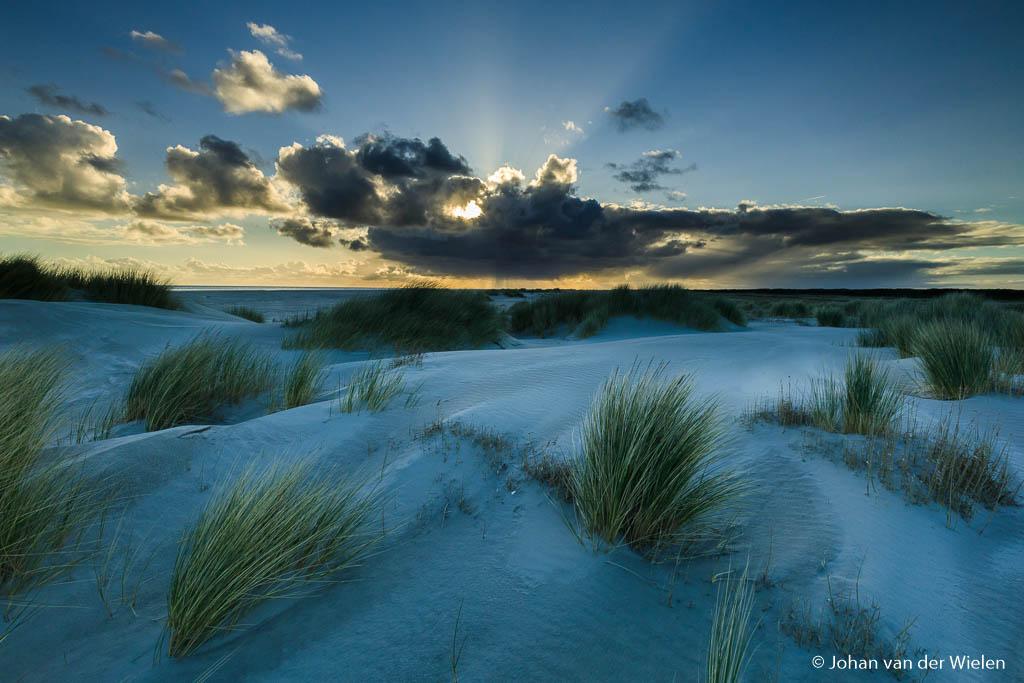 De zon wil niet echt meewerken, mooie stralen en kleuren maar nog niet het warme licht op het strand
