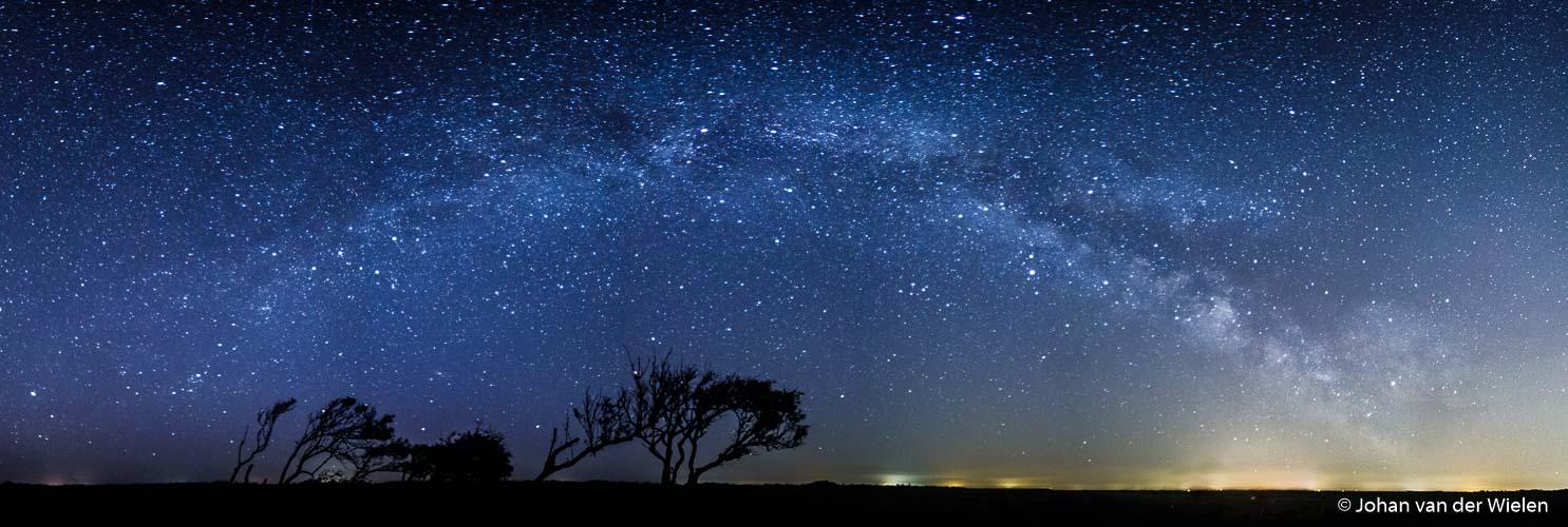 Een volledig vooraf gepland beeld in periode in het jaar en tijdstip in de nacht: de melkweg-boog boven de kwelders van Schiermonnikoog.