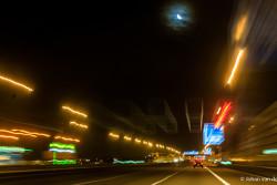 de maan schijnt over lichtvervuild Nederland