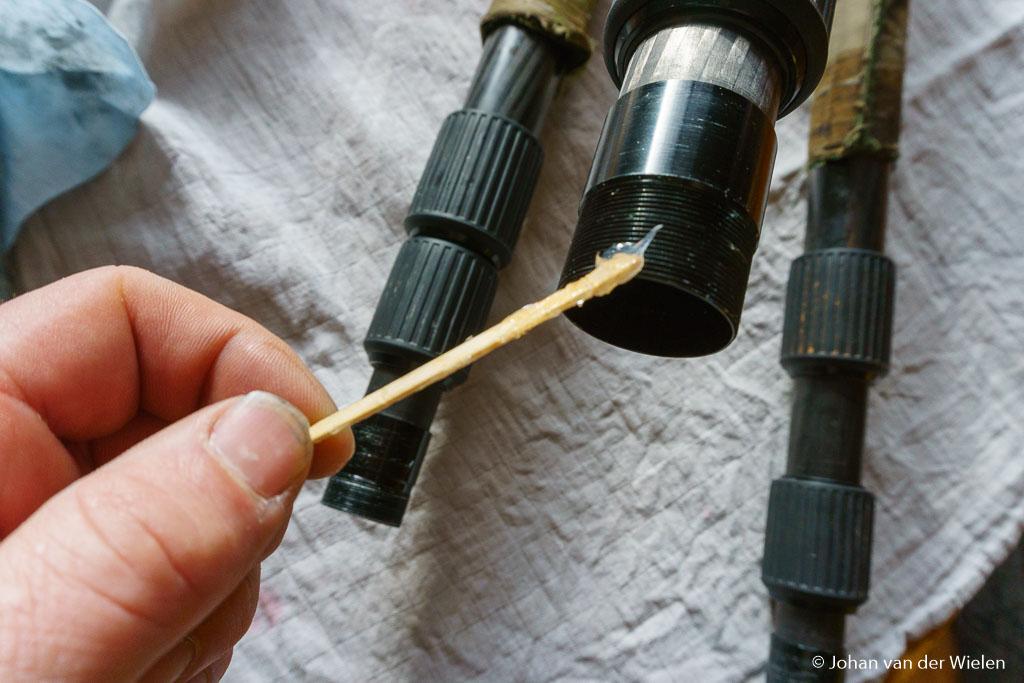 Met het meegeleverde vet wordt al het schroefdraad ingevet. Wil je geen vieze vette vingers krijgen (voor zover je die nog niet had) dan zijn daarvoor zelfs houten staafjes meegeleverd.