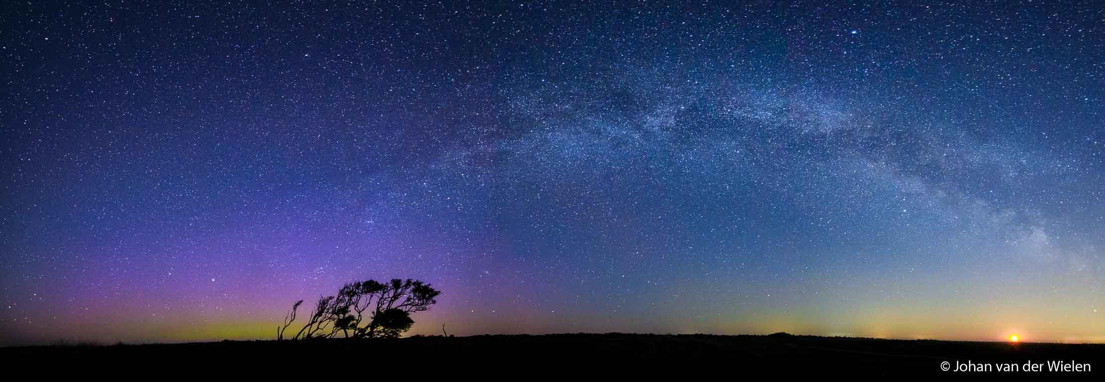 Als afsluiting een uniek nachtelijk panorama op Schiermonnikoog met 5 beelden gestichted: links het noorderlicht, bovenin de Melkweg boog en rechts de oranje opkomende maan. Irix was erbij!