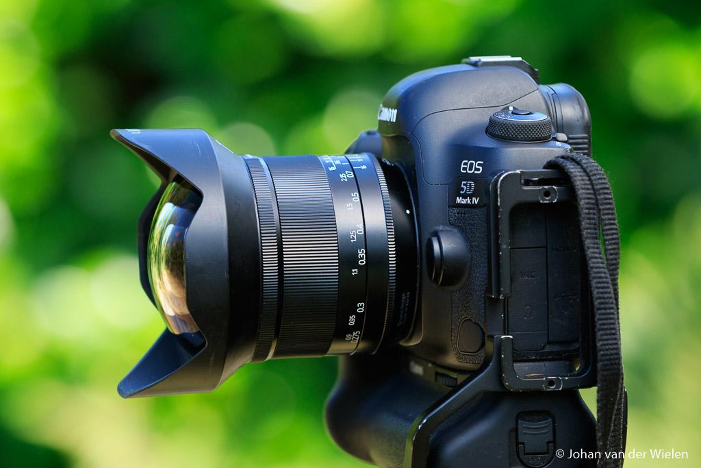 Een bolle lens zorgt voor de noodzakelijke groothoek van 11mm, je ziet hem wel uitsteken maar de zonnekap beschermt hem toch zo goed mogelijk