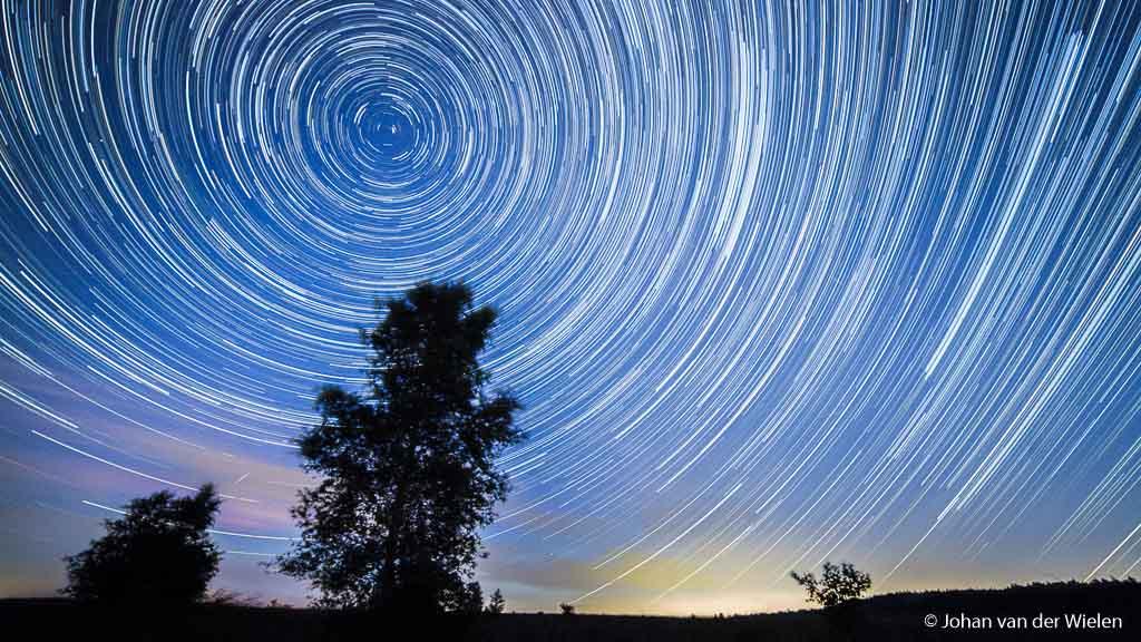 Sterrensporen bij maanloze nacht boven de Veluwe