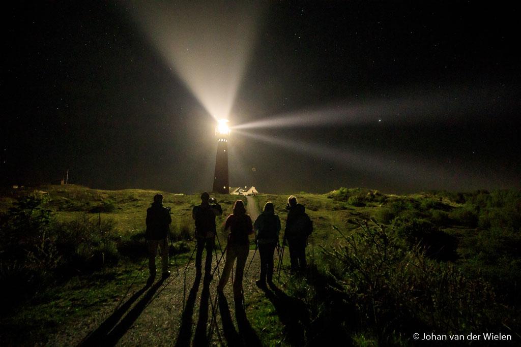 De groep aan de slag bij de vuurtoren, puzzelen met instellingen en sluitertijden… start van de nacht.