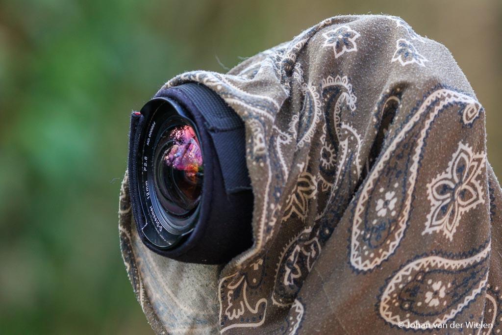 Ik doe ook altijd nog een buff over camera en lens waarmee niet alleen de warmte ook bij de camera blijft, maar je ook geen condens of zelfs rijp op de lens en camera krijgt. Op deze manier heeft mijn camera vele uren in de vrieskou doorgebracht zonder een centje pijn.
