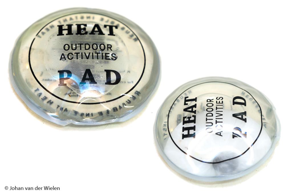 Herbruikbare handwarmers: links gevuld met zoutoplossing en rechts, na 'klikken', bezig met kristalliseren en warm worden.