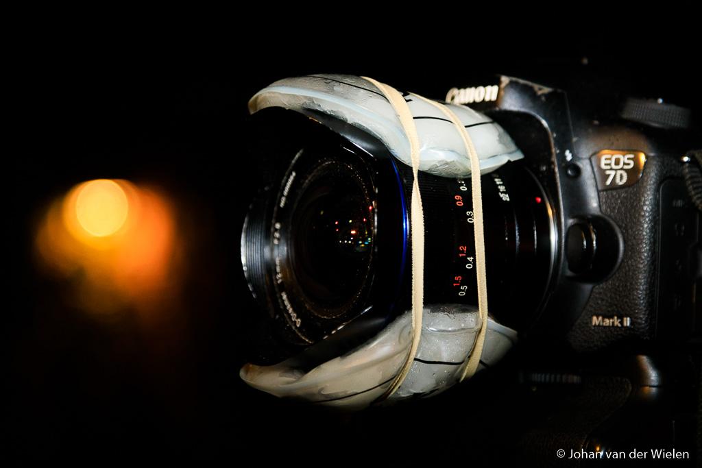 Lens verwarmd met twee handwarmers, postelastiek houdt de boel bij elkaar. Voor een uur of anderhalf kan dit prima, afhankelijk van de omgevingstemperatuur.
