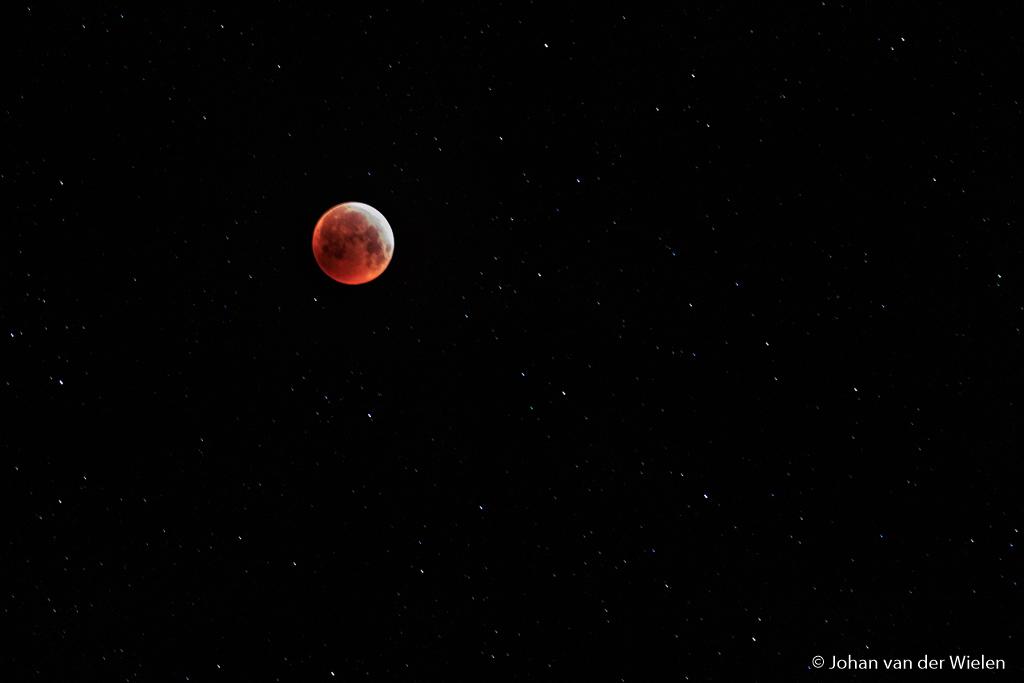 Tussendoor zoom ik vaak uit tot 100mm om de bloedmaan met sterren in beeld te krijgen. In de nabewerking lukt het om beide mooi te belichten.